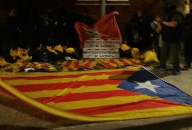 Las españolas recuperan las calles de Llinars y Vilamajor tumbando símbolos independentistas