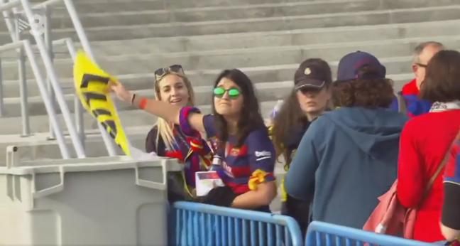 Separatistas y CDR de FC Barcelona tirando en la basura propaganda independentista en Madrid