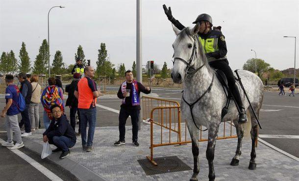 Seguidores de FC Barcelona apedrean autobús de aficionados de Sevilla antes la Copa del Rey