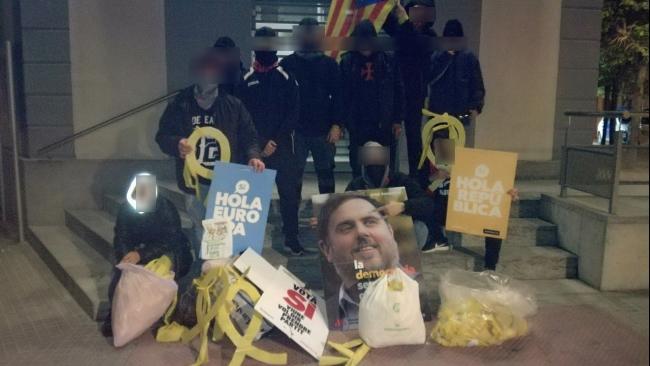 La «Resistencia» española tumba a lazos enormes y Esteladas en Barcelona y Tarragona