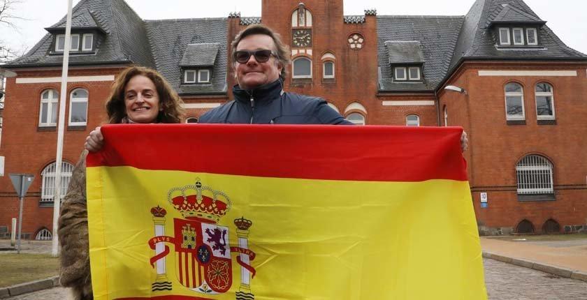 Pareja hispano-danesa celebra la detención de Puigdemont ante la cárcel alemana