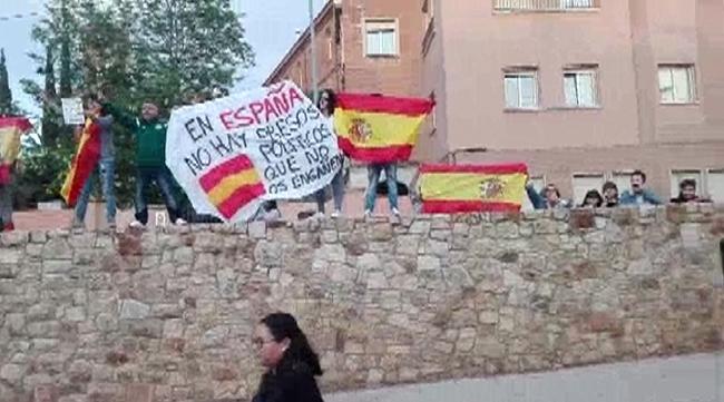 """Una decena de españolas asustan a un millar de CDR en Terrasa con los """"¡Vivas España!"""""""