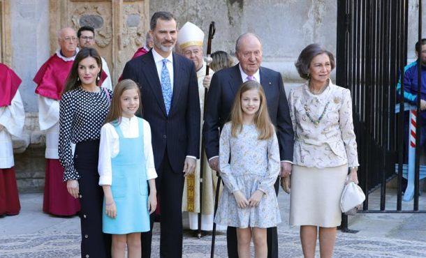 """Entrada del rey al templo gótico mallorquín entre «viva el rey y viva España"""""""