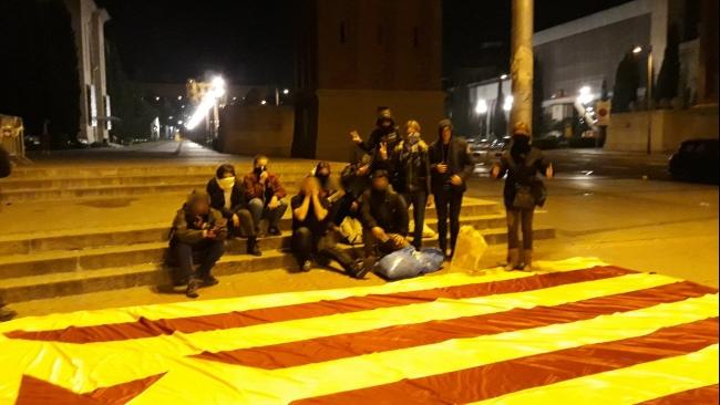 Valientes españoles arrancan la gigante bandera independentista de un balcón en Sants
