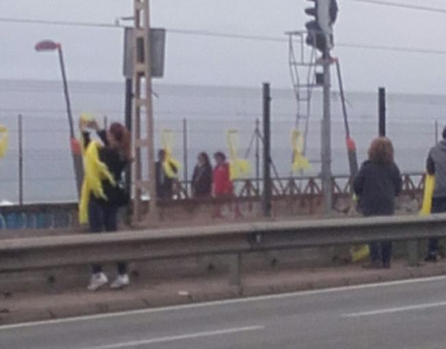 """La «Operación kamikaze» desinfecta Vilasar de Mar ante la """"contaminación"""" amarilla"""