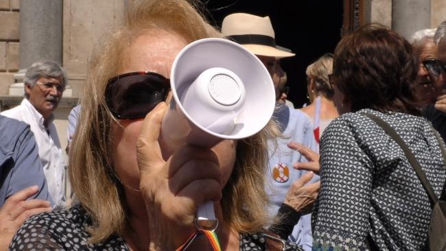 """Una española llama a la """"organización"""" en Cataluña para """"defender la Democracia"""""""