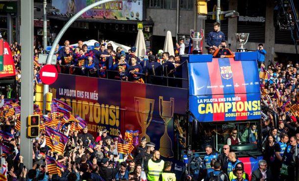 FC Barcelona presume de doblete por las calles de la Ciudad Condal española