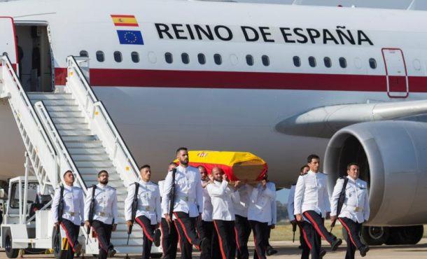 Familiares del soldado español fallecido en Mali (África) reciben su féretro en Cádiz