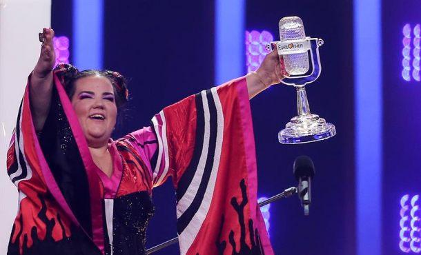 Una atrevida Israel devuelve el espectáculo a Eurovisión a base de cacareos