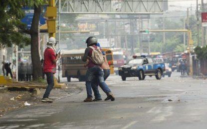 La Policía agrede a periodistas españoles Jorge Torres y Reneé Lucía Ramos en Nicaragua
