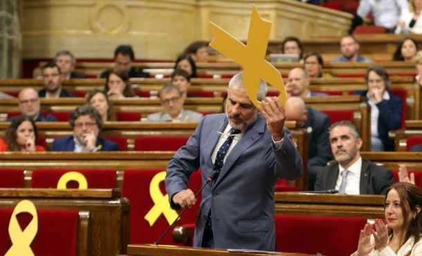 """Rifirrafe entre diputados de Cs y nazis independentistas: """"No queremos lazo amarillo"""" aquí"""