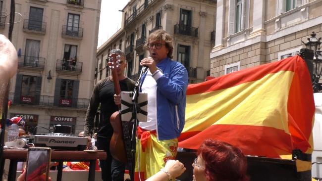 Abad canta con 10 mil catalanes el himno de España con letra en San Jaime (Barcelona)