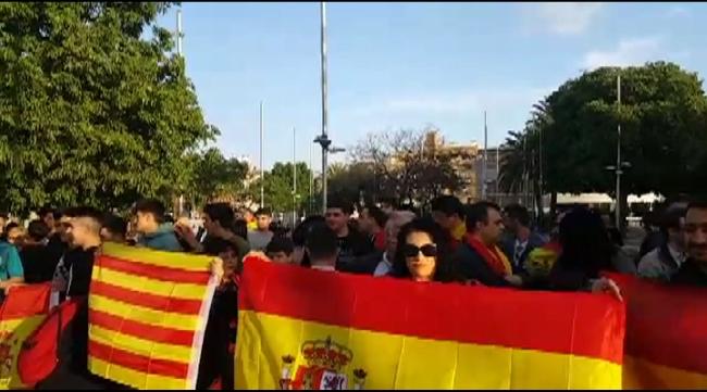 "Un centenar de españoles claman ""las calles son de todos"" en Santa Coloma de Gramanet"