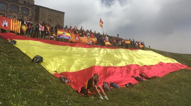 Centenares de catalanes despliegan una bandera gigante de España a 'La Mola' (Terrasa)