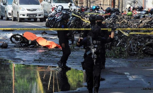 Islamistas atacan las iglesias en Indonesia, al menos 10 muertos