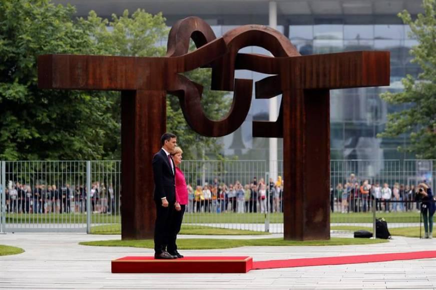 Sánchez recibido con honores militares a su llegada a Berlín (Alemania)