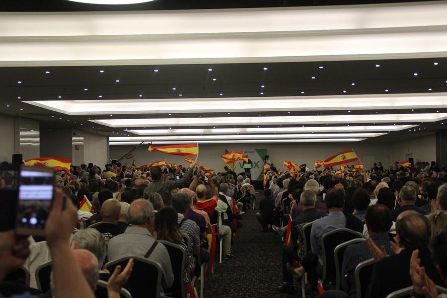 Más de 2 mil personas inundan de banderas españolas el estreno de VOX en Cataluña