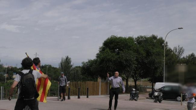 Mira como los fascistas de CDR y UCFR acosan y agreden a un español en Barcelona