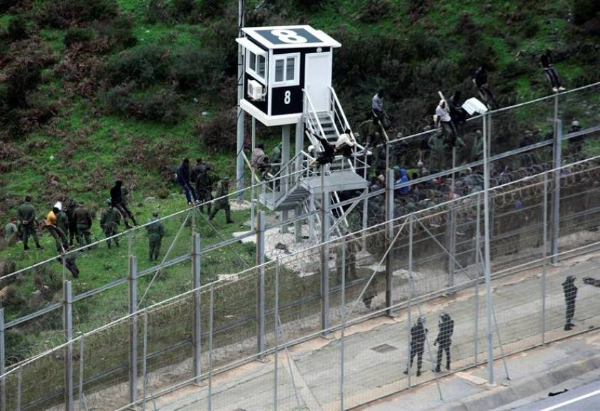 Unos 400 inmigrantes asaltan la frontera de España en Ceuta