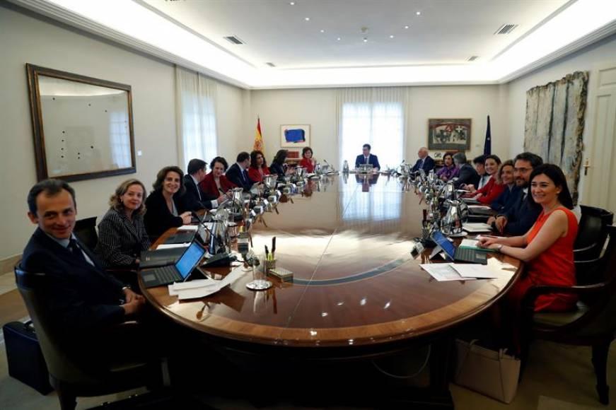 Sánchez (en el fondo) preside el primer Consejo de Ministros del Gobierno de España