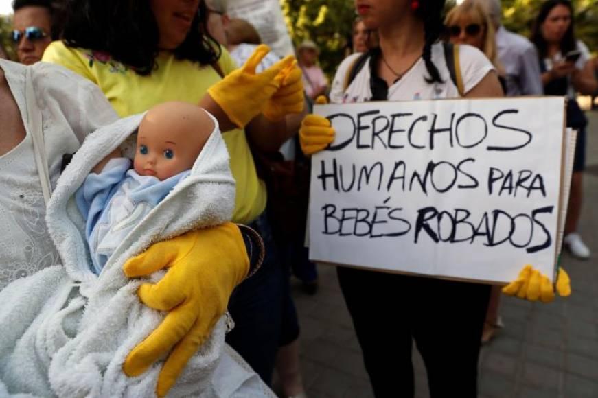 Doctor Vela niega que entregara bebés robados y no reconoce su firma en un documento