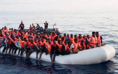 Más de 300 inmigrantes esperan en el mar a que el Gobierno de Pedro Sánchez los acoja