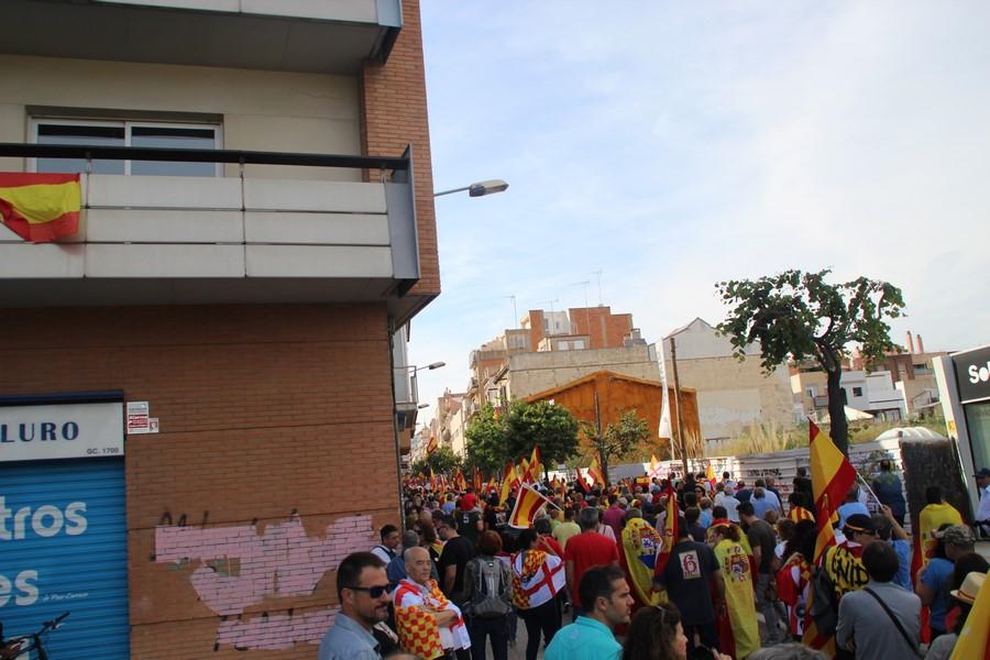 3 mil catalanes marchan bajo piedras y botellas lanzados por independentistas en Mataró