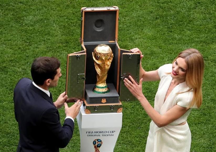 El español Iker Casillas presenta la copa del mundo en el estadio Luzhnikí (Rusia)