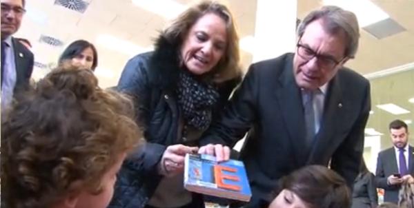 El independentismo se burla de un niño en una biblioteca por estudiar el castellano