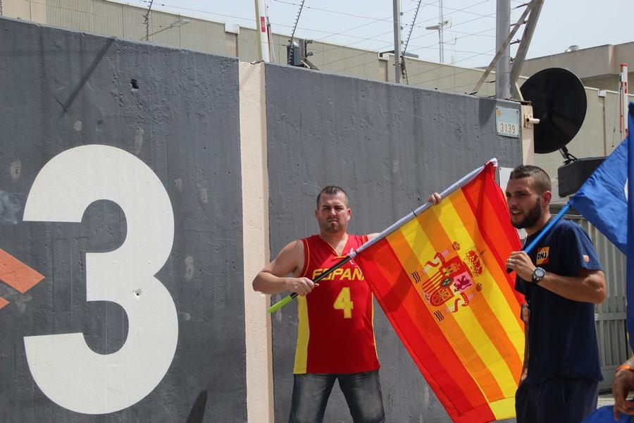 """Medio millar de españoles exigen """"prisión y cierre inminente de TV3"""" ante la sede de TV3"""