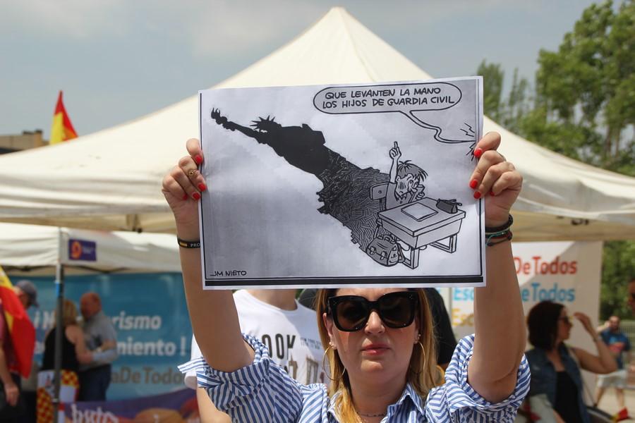 Miles de personas apoyan a escolares hispanos perseguidos en San Andrés de la Barca (Cataluña)
