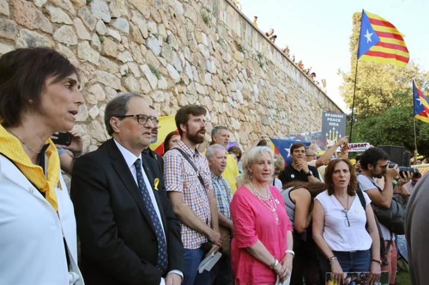 Torra no recibe al rey pero poco después le saluda y le entrega un libro del neonazi Jordi Borras