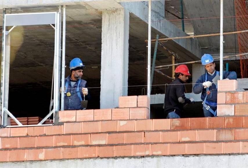 El paro cae en mayo en España a cifras de 2008, con 3,25 millones de desempleados