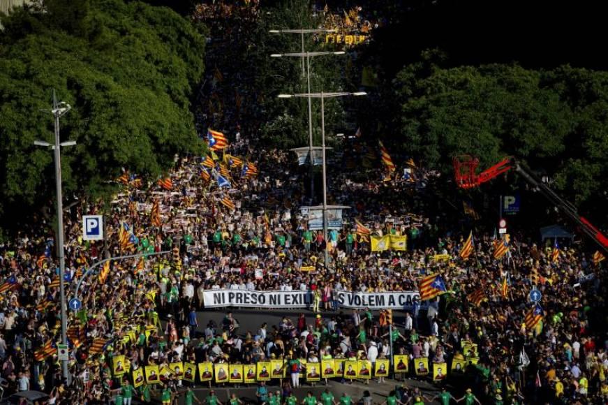 """Miles de fascistas exigen en Barcelona la """"libertad"""" de golpistas presos y regreso de los huidos"""