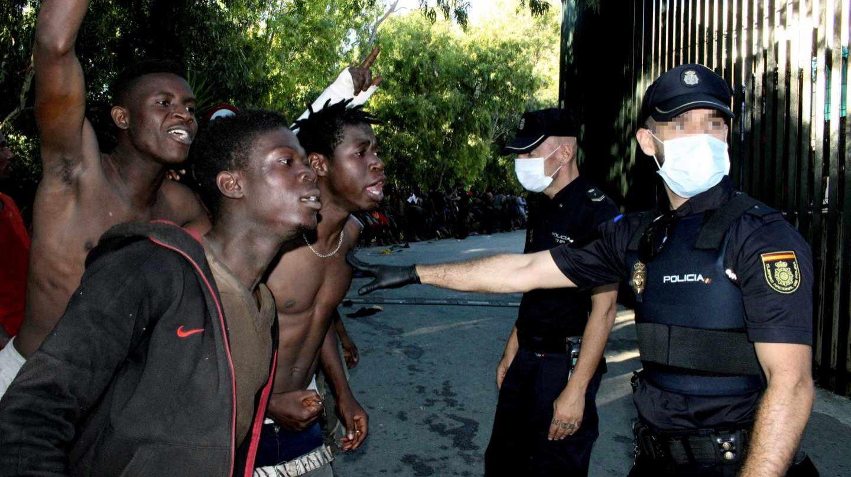 Guardias Civiles, atacados con cizallas, cal viva y excrementos de inmigrantes en Ceuta