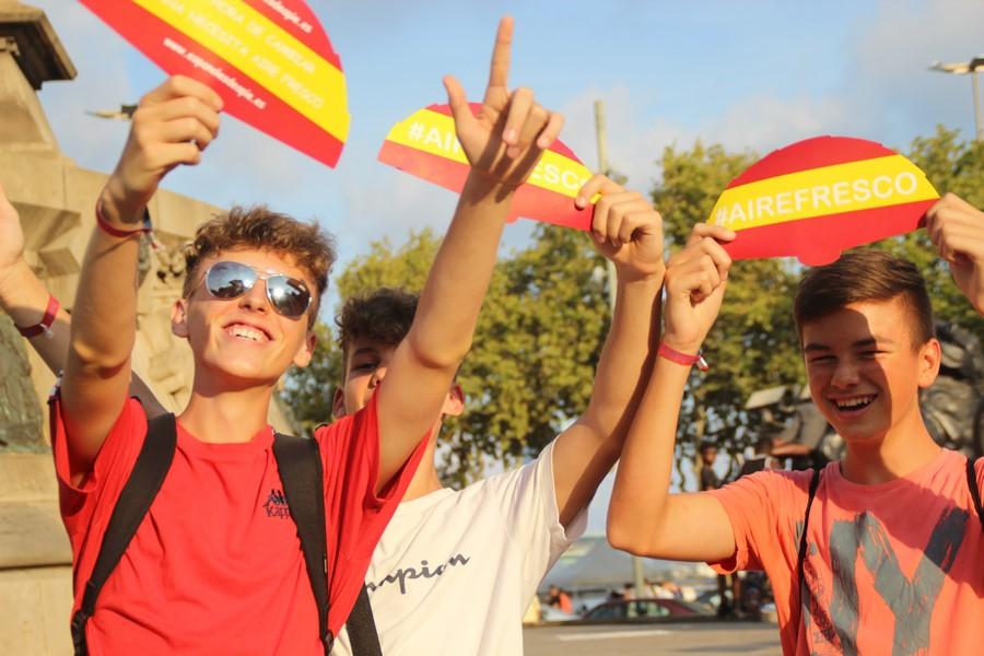 """20 mil personas se libran del calor """"fascista"""" y de Sánchez con abanico """"Aire Fresco"""" en Cataluña"""