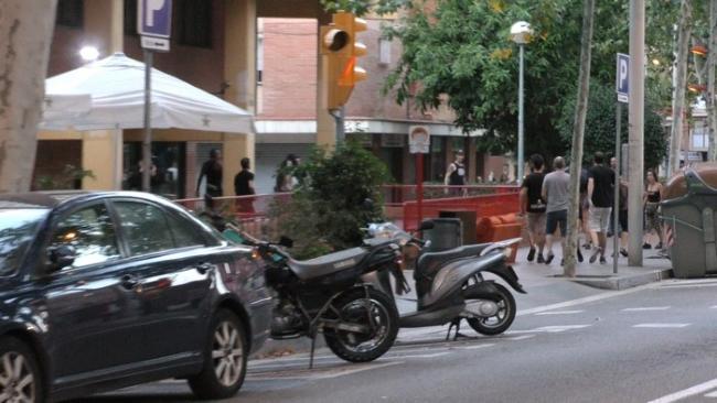 Ultras fascistas de CDR y UCFR atacan con martillos y sillas a familias españolas en Nou Barris