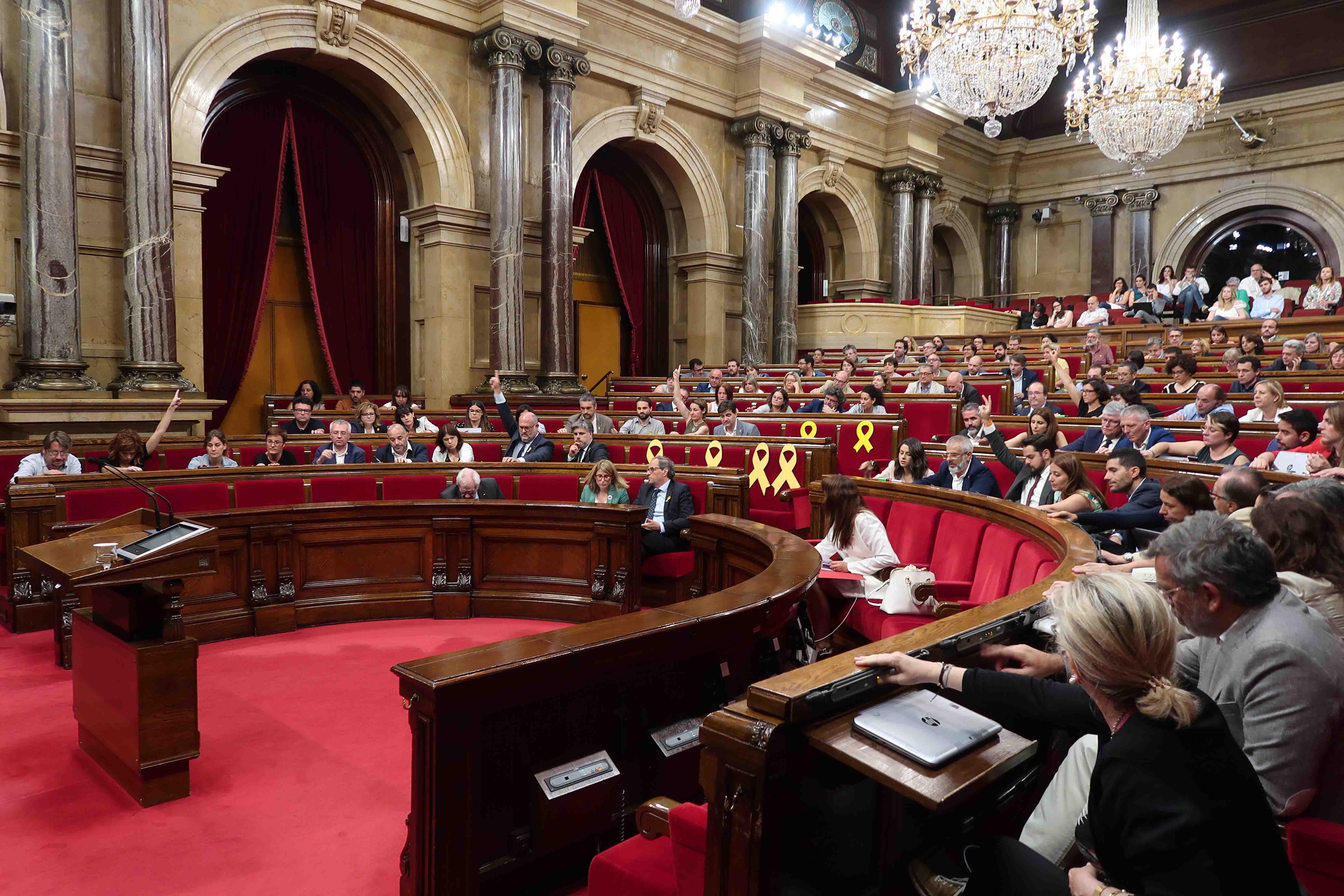 El fascismo desafía a Sánchez y reactiva la Transición de la República suspendida por TC