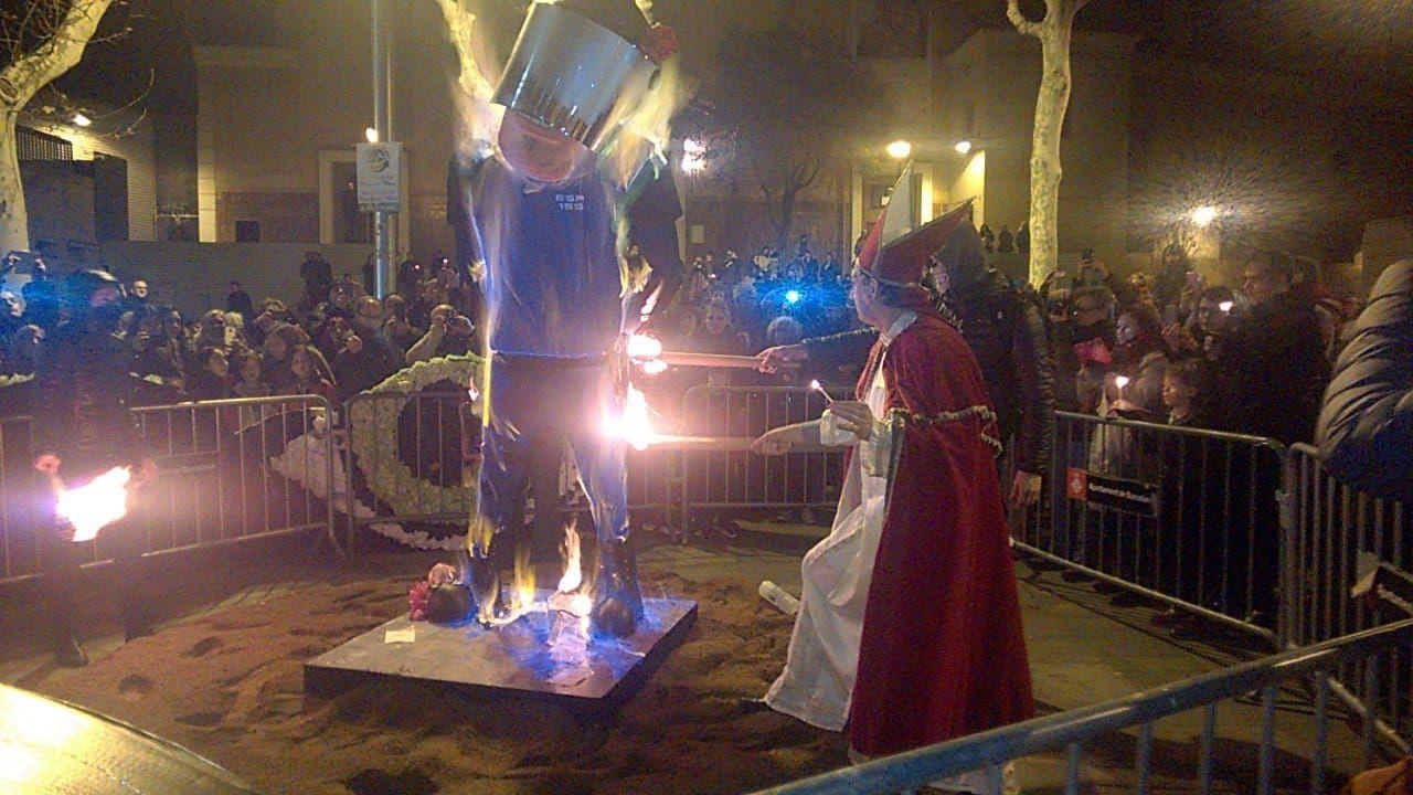 Escuadrones de la muerte fascistas independentistas esposan y queman a muñeco de Policía Nacional