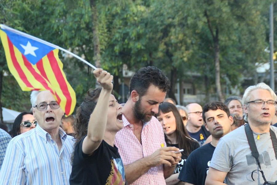 La heroica resistencia de 3 españolas tumba el asedio de 500 fascistas CDR a la Policía Nacional