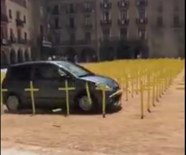 Policía separatista da a los CDR los datos personales del español que tumbó las cruces separatistas de VIC