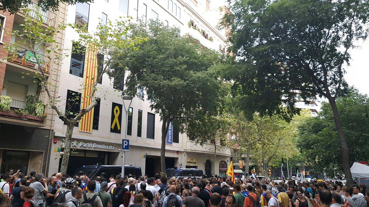 El germen del mal asedia a sedes de ERC, JxCat y CUP y exige dimisiones o refréndum