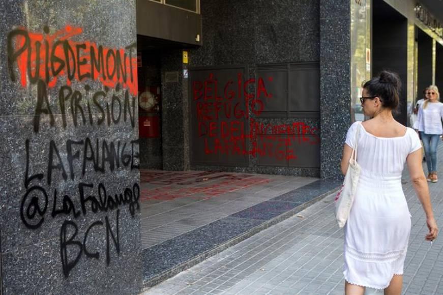 Los Mozos, muy irritados por una pintada contra Puigdemont en consulado de Bélgica