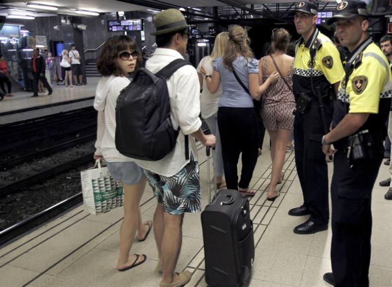 Detenidos carteristas pillados in fraganti robando a turista en el Metro de Barcelona
