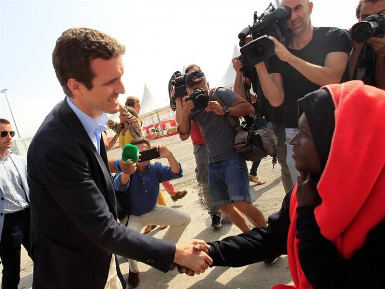 El nuevo presidente del PP Pablo Casado da la bienvenida a los inmigrantes a España