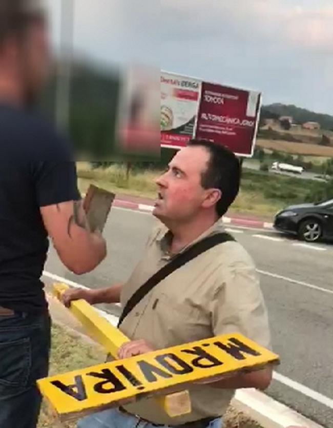 3 españoles plantan cara a 25 fascistas CDR en Berga y tumban a cruces del cementerio imaginario