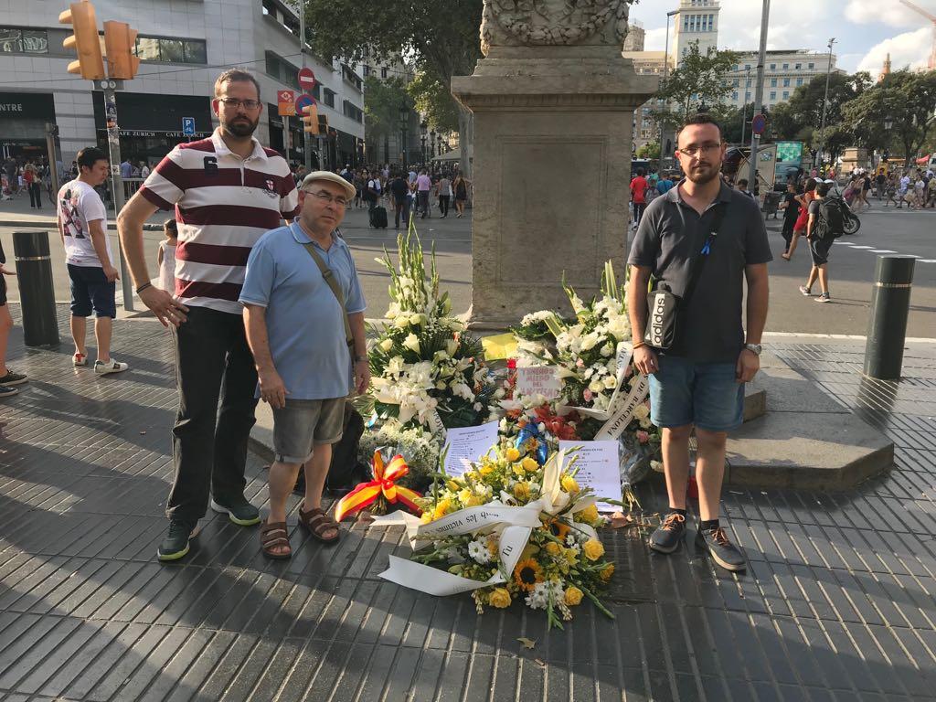 VOX Tarragona arropa a víctimas del 17-A en una ofrenda floral en Ramblas de Barcelona