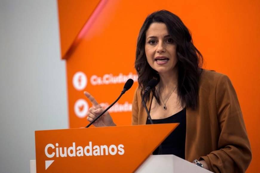 """Arrimadas: Ante la """"agresión"""" de la española por retirar lazos """"no se puede mirar para otro lado"""""""