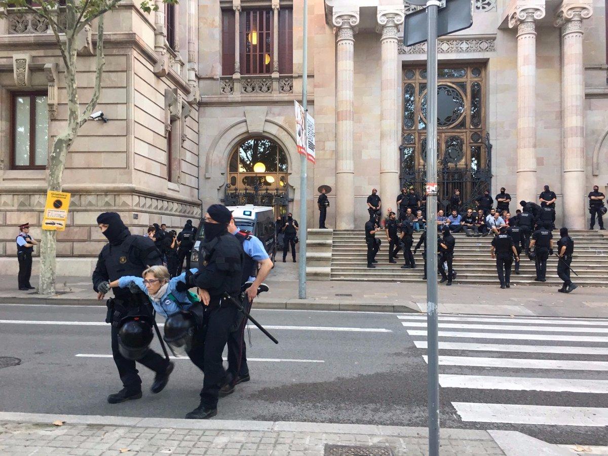 Mozos desalojan a golpes de porras a atrincherados independentistas ante el Tribunal