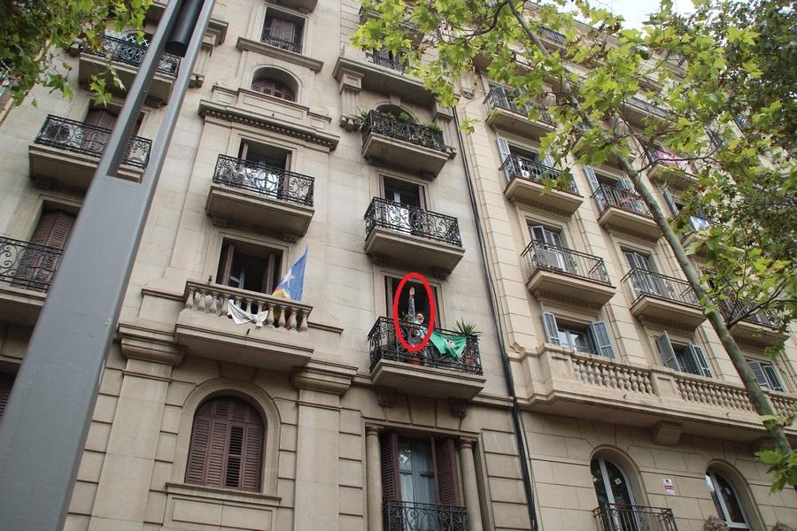 Independentista hace el saludo nazi y dedica numerosos cortes de manga al Pueblo Español